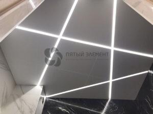 белый матовый потолок со световыми линиями в санузле