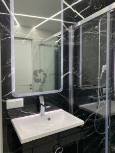 белый матовый потолок со световыми линиями в ванной