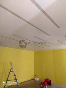 белый матовый потолок с выкл световыми линиями в магазине