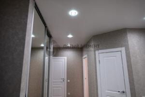 белый матовый потолок в коридоре