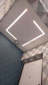 белый матовый потолок в прихожей со световыми линиями