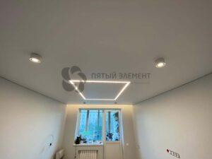 белый матовый теневой потолок со скрытым карнизом и световой линией в комнате