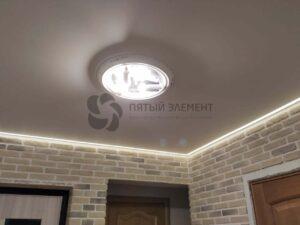 белый сатиновый контурный потолок в прихожей