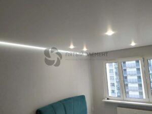 белый сатиновый парящий потолок со скрытым карнизом в гостиной