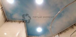 белый сатиновый потолок с фотопечатью в ванной