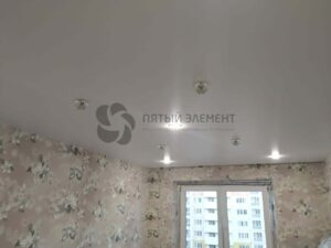 белый сатиновый потолок со скрытым карнизом в детской