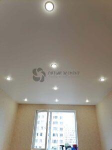 белый сатиновый потолок со скрытым карнизом в гостиной