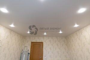 белый сатиновый потолок в гостиной