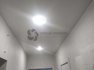 белый сатиновый потолок в коридоре