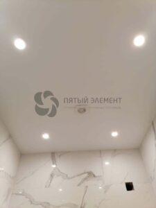 белый сатиновый потолок в санузле