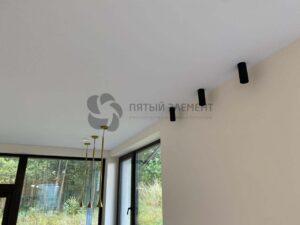 белый тканевый натяжной потолок в гостиной