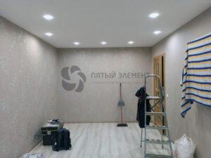 белый тканевый натяжной потолок в комнате