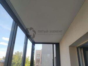 белый тканевый потолок на балконе
