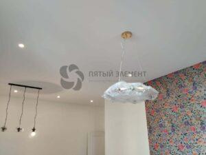 белый тканевый потолок в гостиной