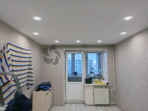 белый тканевый потолок в комнате