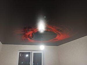 глянцевый черный потолок с фотопечатью на кухне