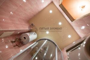 глянцевый цветной потолок в ванной