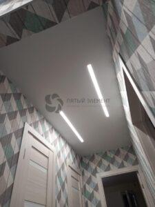 матовый белый потолок со световыми линиями в коридоре