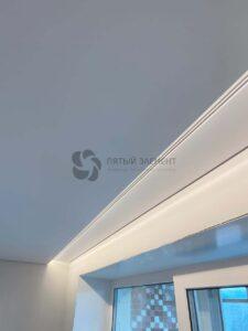скрытый карниз с подсветкой в белом матовом теневом потолке