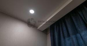 скрытый карниз в белом матовом потолке