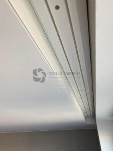 скрытый карниз в белом сатиновом натяжном потолке