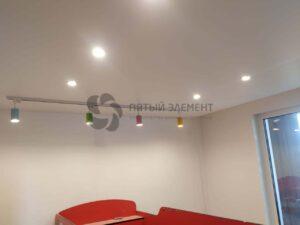 трековый светильник в белом сатиновом потолке