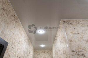 белый лаковый потолок в коридоре