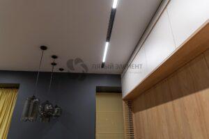 белый матовый теневой потолок с треком на кухне