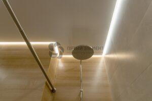 белый матовый парящий потолок в ванной