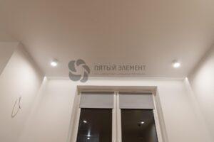 белый матовый потолок со скрытым карнизом с подсветкой в комнате