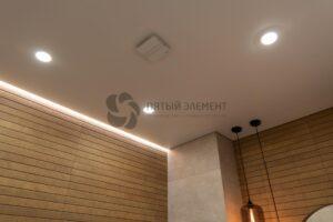 белый матовый теневой парящий потолок в санузле