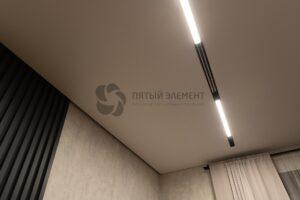 белый матовый теневой потолок с треком в комнате