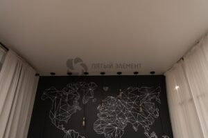белый матовый теневой потолок со скрытым карнизом в спальне