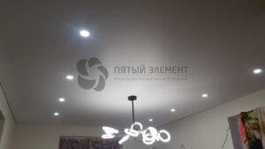 белый матовый теневой потолок в гостиной