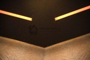 фактурный потолок со световыми линиями в комнате