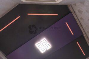 фактурный двухуровневый цветной потолок со световыми линиями в комнате