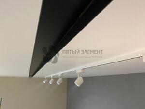 ниша для двери шкафа-купе и трековый светильник в белом матовом бесщелевом потолке