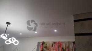 теневой белый матовый потолок в гостиной