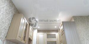 белый лаковый потолок на кухне