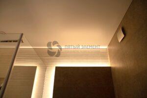 белый матовый бесщелевой потолок в санузле