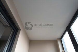 белый матовый потолок на балконе