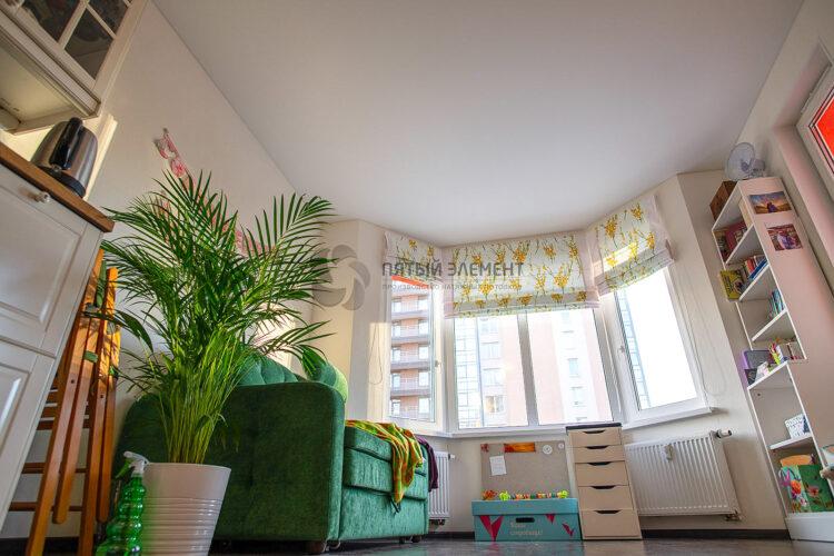 белый матовый потолок в комнате