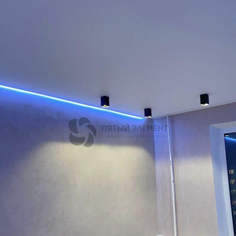 Парящий натяжной потолок с многоцветной светодиодной лентой в гостиной