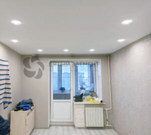 Тканевый потолок в спальне с точечными светильниками и классическим креплением к стенам