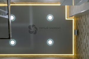 белый матовый контурный потолок со светильниками в санузле