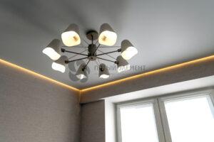 белый матовый парящий потолок на кухне