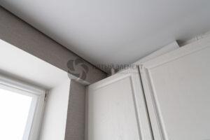 белый матовый парящий потолок с выключенной подсветкой на кухне